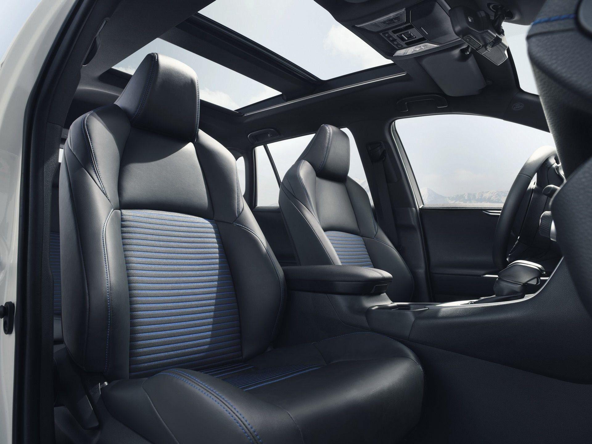 Toyota показала новий RAV4 Hybrid 2019 на гарних фото і розкрила характеристики