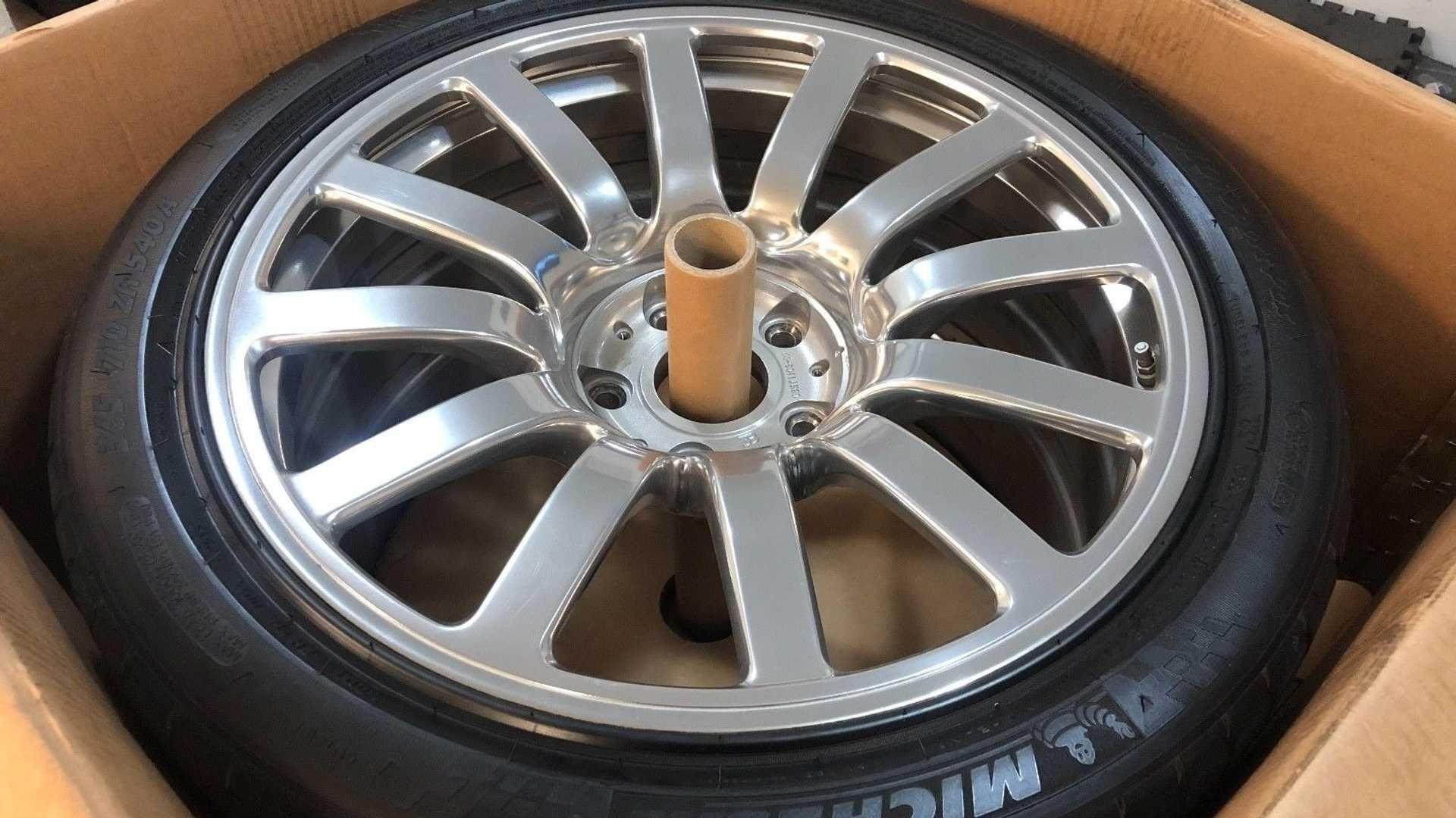 На eBay продають комплект дисків і шин для Bugatti Veyron усього за 100 тисяч доларів