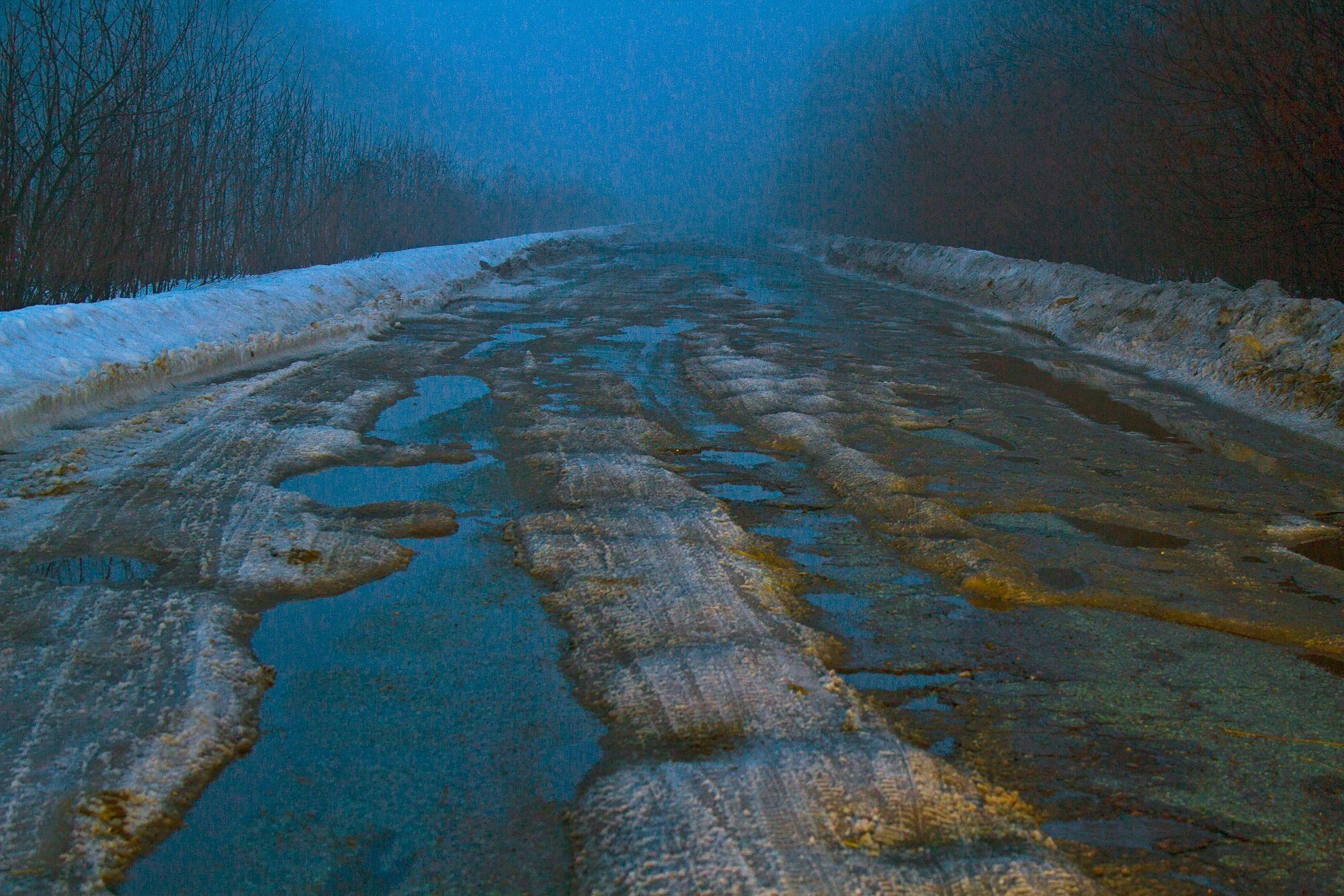 Разом зі снігом з українських доріг зійшов асфальт: фото, відео