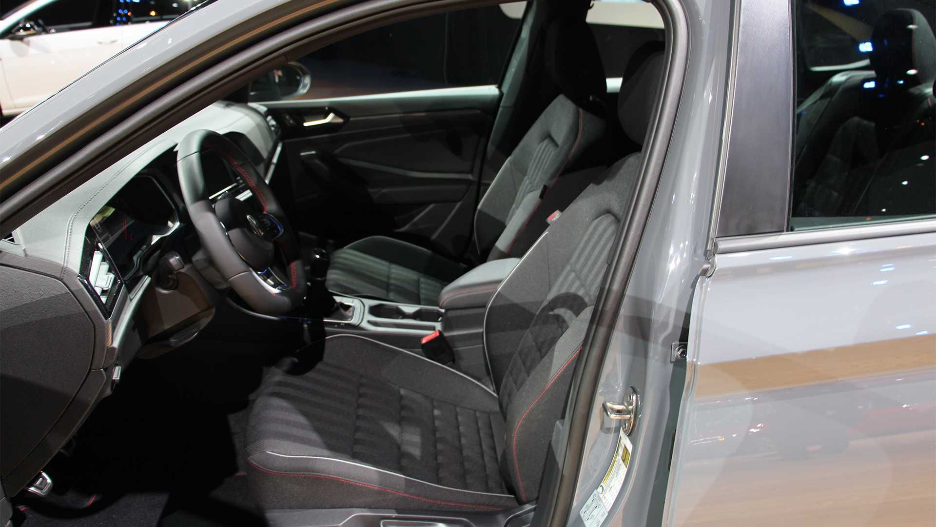 Golf GTI замаскувався під седан Jetta GLI