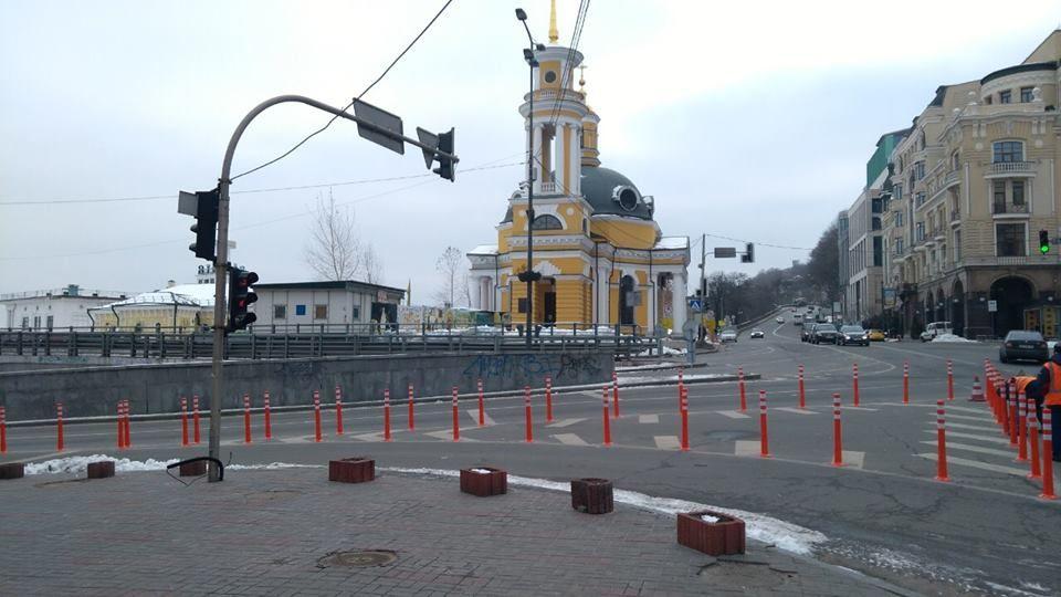На Поштовій площі встановили обмежувальні стовпчики для авто