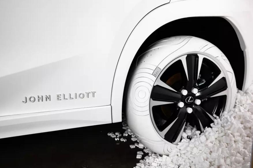 Lexus UX взувся у білі дизайнерські шини від John Elliott Nike