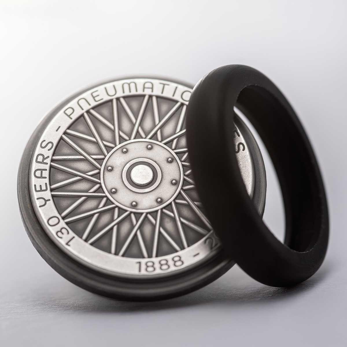 Французи випустили колекційну монету у формі колеса зі справжньою гумовою шиною