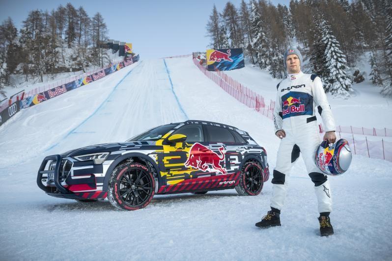 Гонщик Red Bull загнав Audi e-tron вгору засніженим 85-градусним схилом