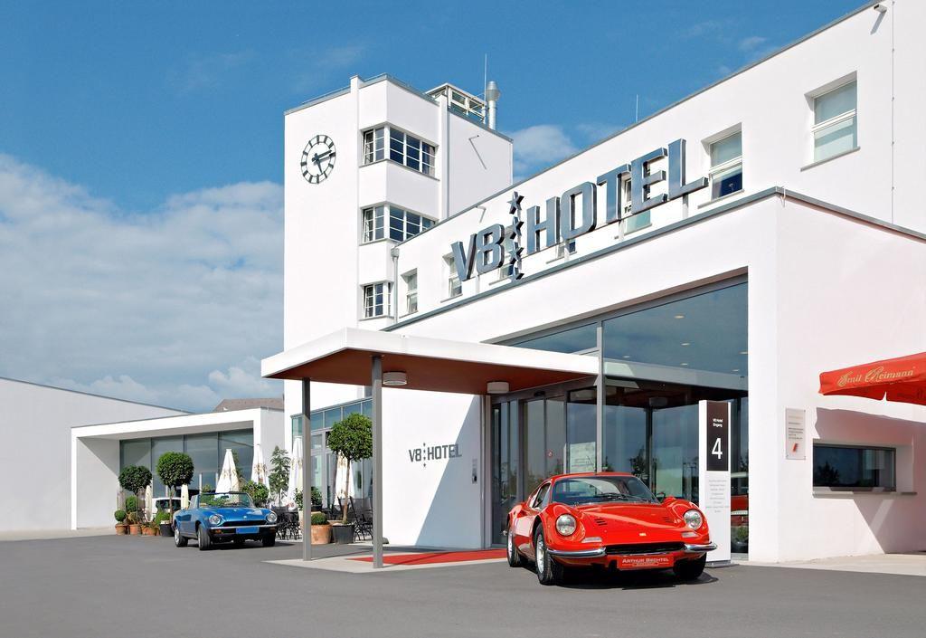 У німецькому готелі V8 можна спати в машині (відео)