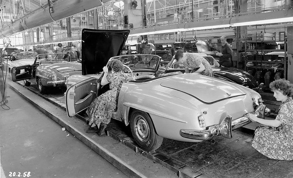 Машина часу: зазирніть на завод Mercedes у 1958 році та подивіться, як збирали легендарні купе 190 SL