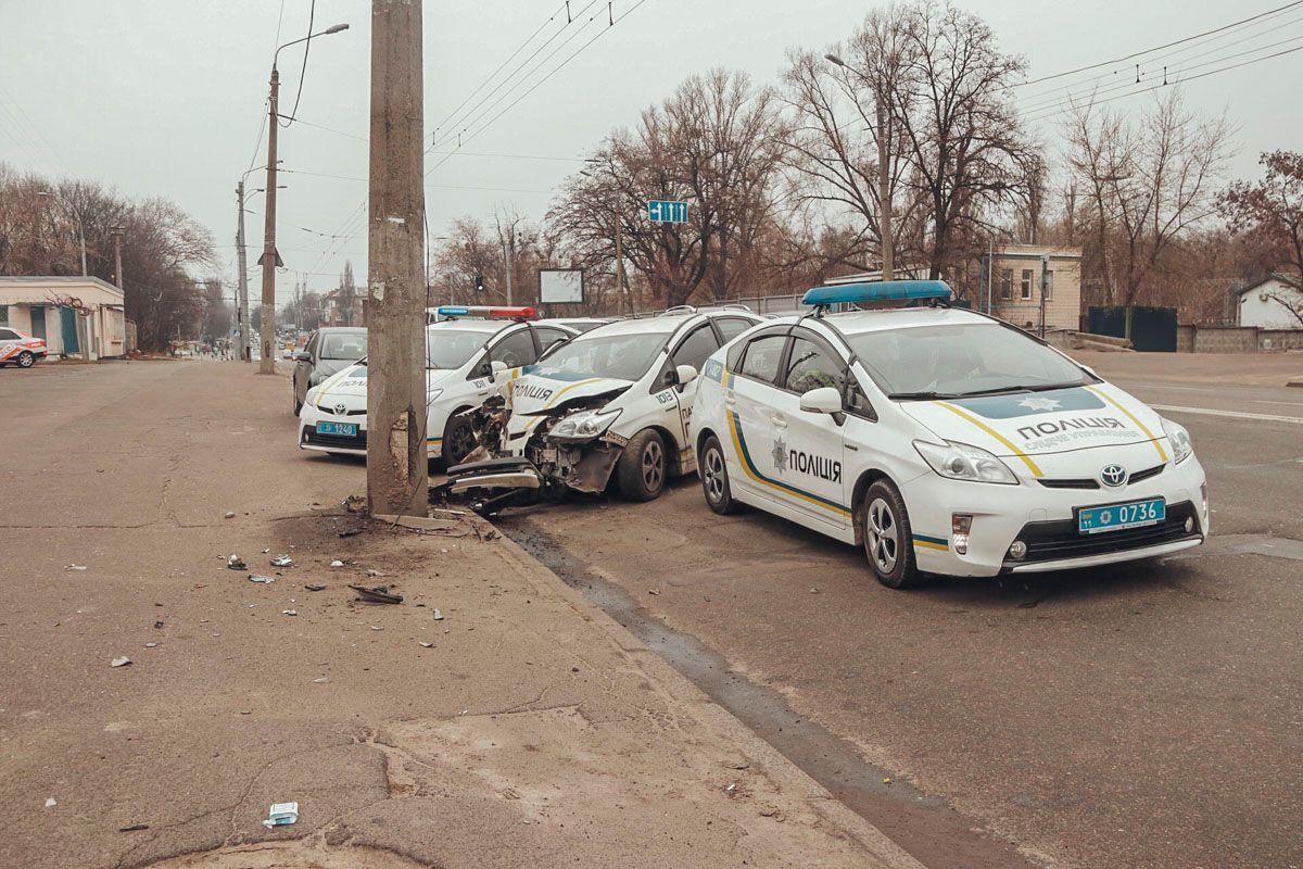 У Києві патрульне авто врізалось в стовп: відео