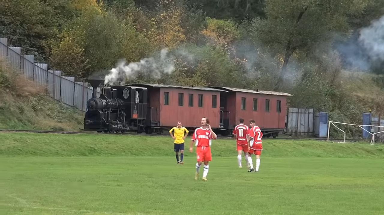 Відео: паровози проїжджають крізь стадіон під час футбольного матчу