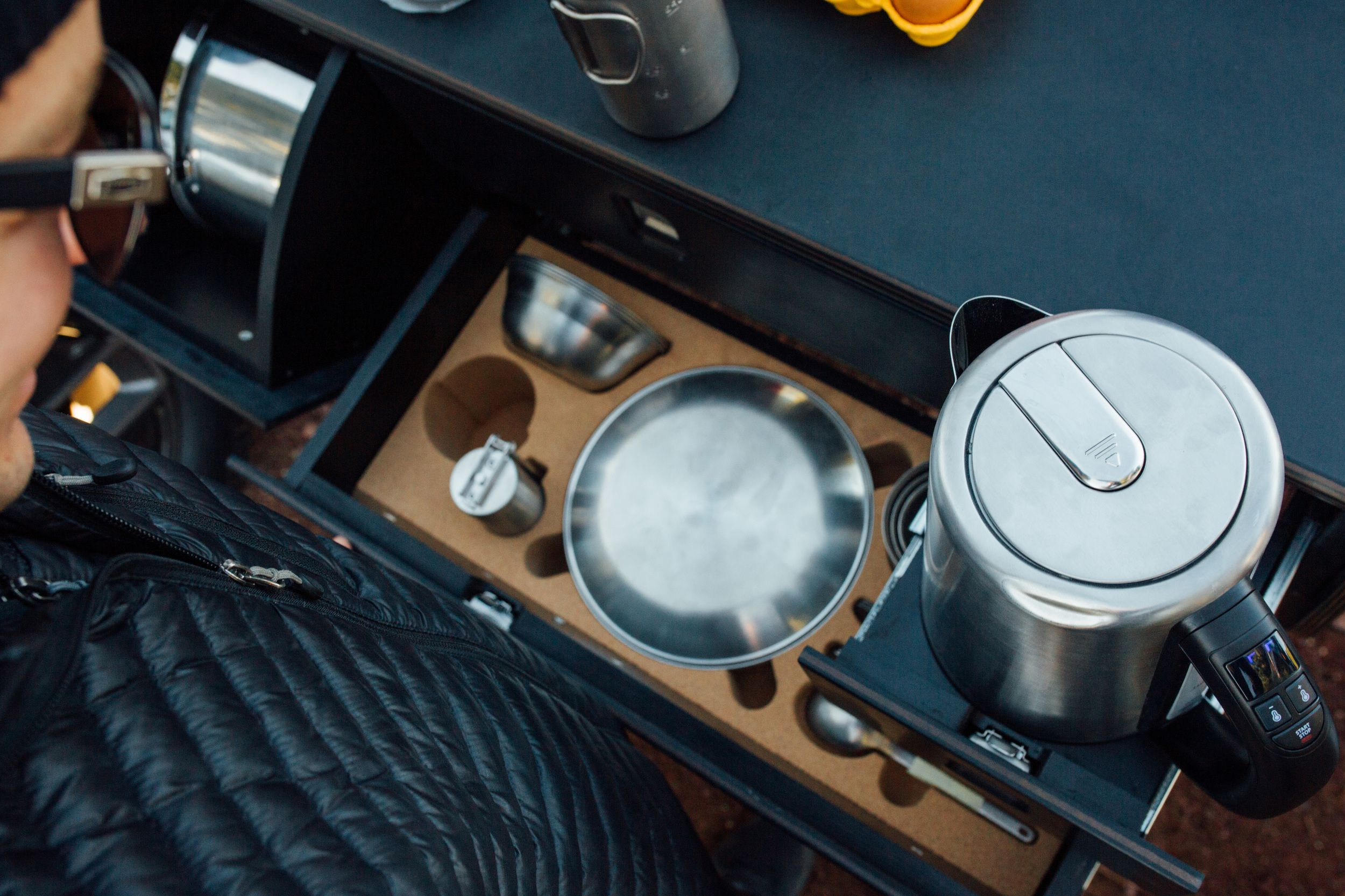 Електричний пікап Rivian R1T представили у вигляді кемпера з вбудованою кухнею