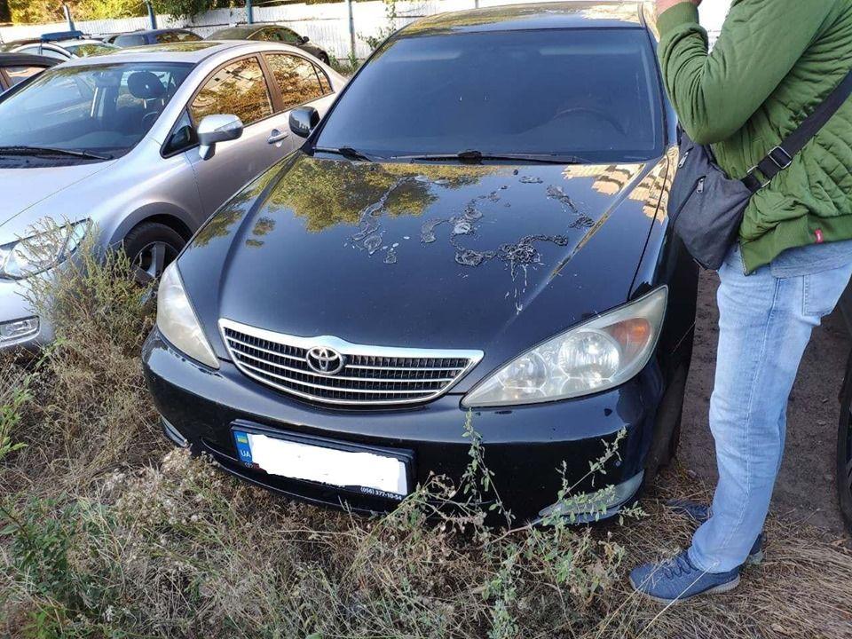 В Україні стали масово обливати авто кислотою (відео, фото)