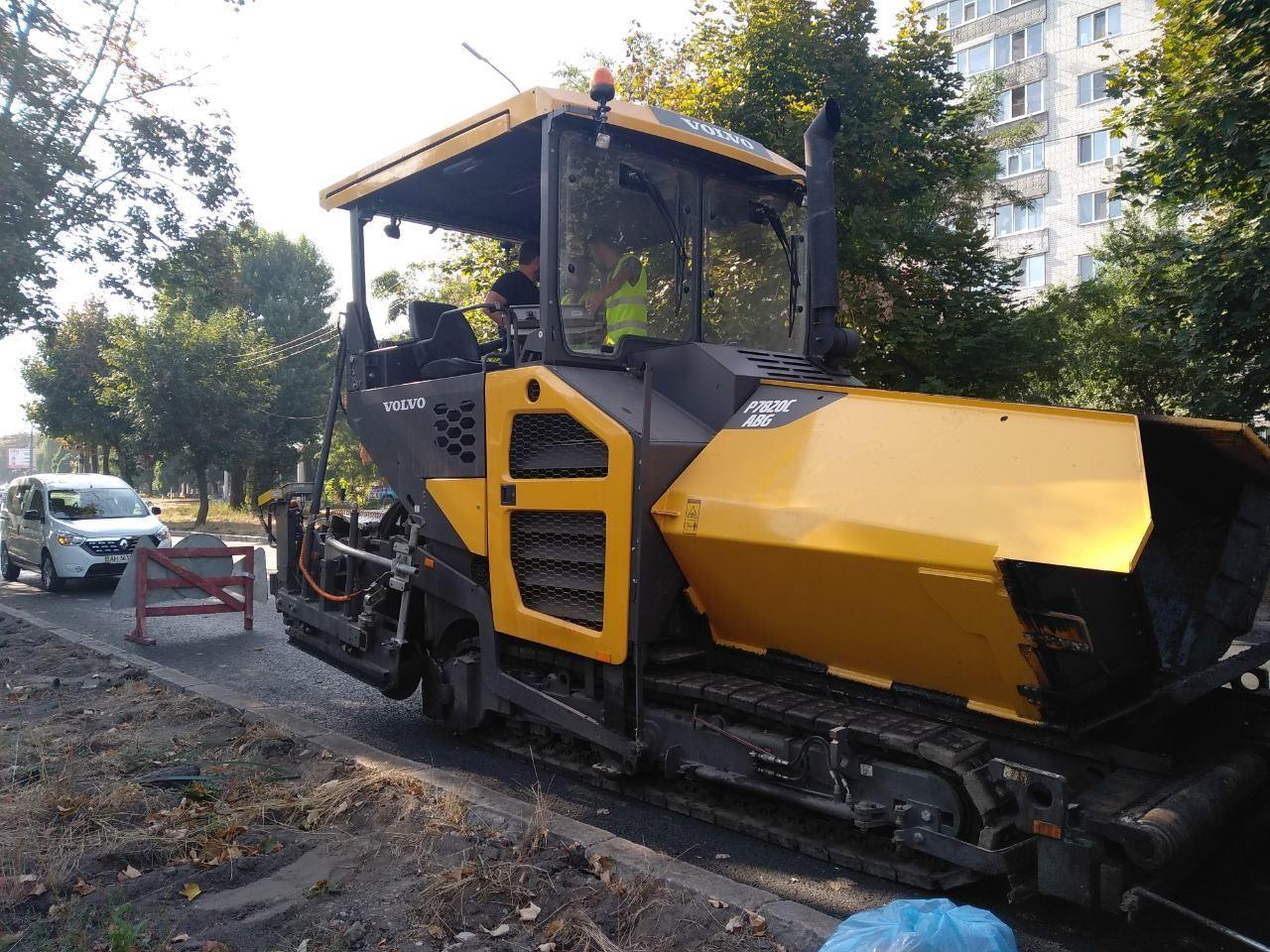 Якою технікою асфальтують українські дороги: фото