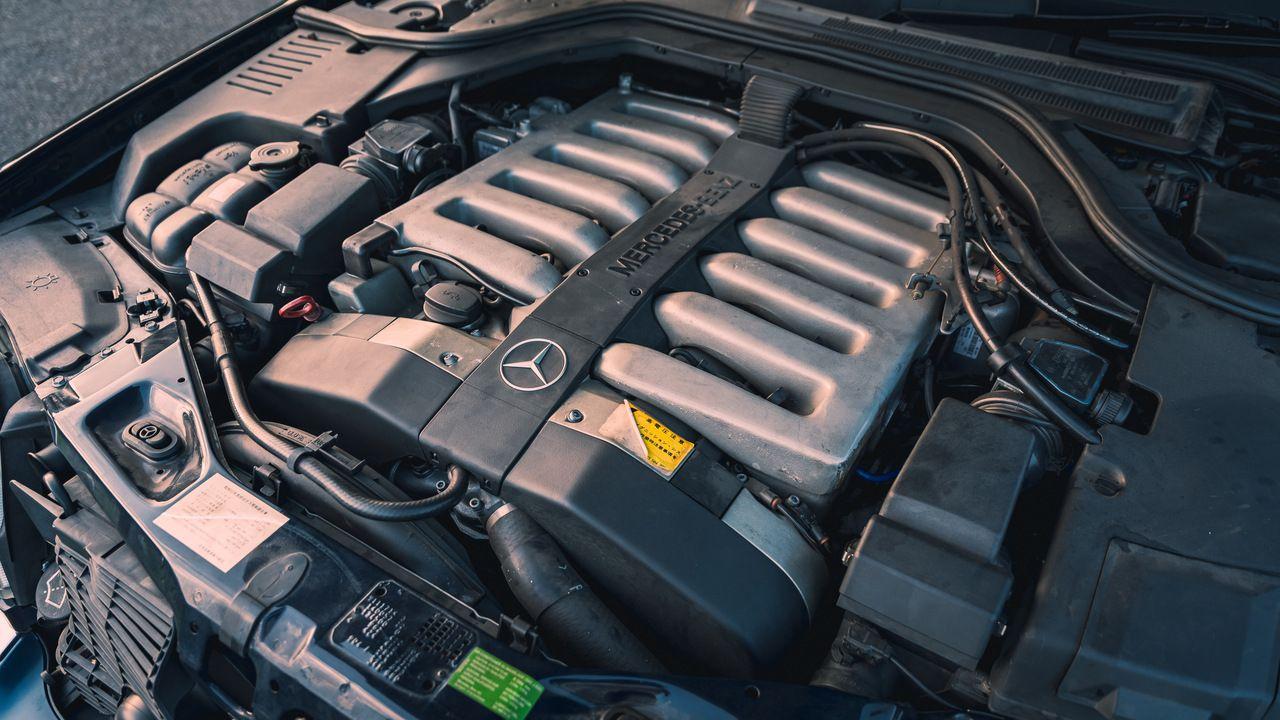 Відео: вихлоп за 12 тисяч доларів змусив Mercedes W140 S600 звучати, як болід Формула 1