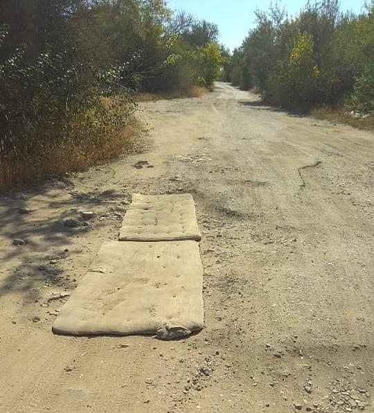 На Миколаївщині полатали дорогу старими матрасами (фото)