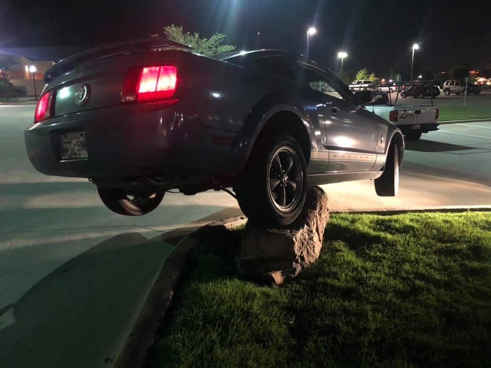 Камінь-спотикач: брила на газоні поруч з проїжджою частиною стала епіцентром цілої серії аварій
