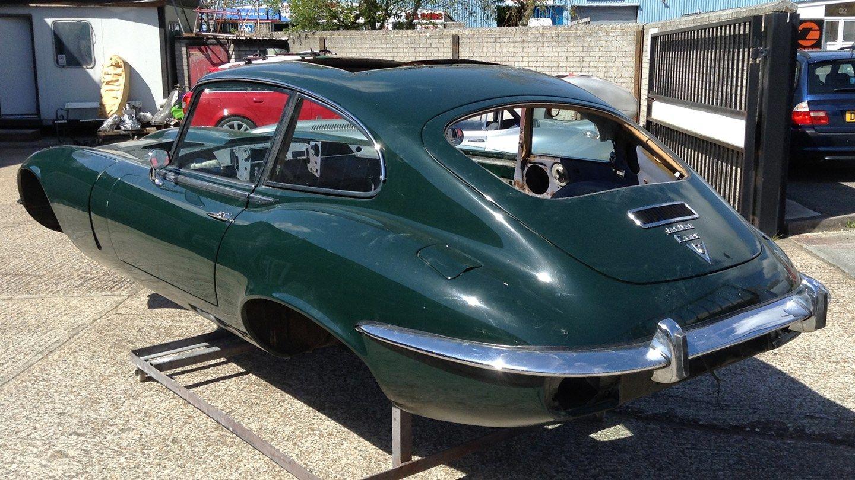 У старій теплиці знайшли три десятки класичних Jaguar