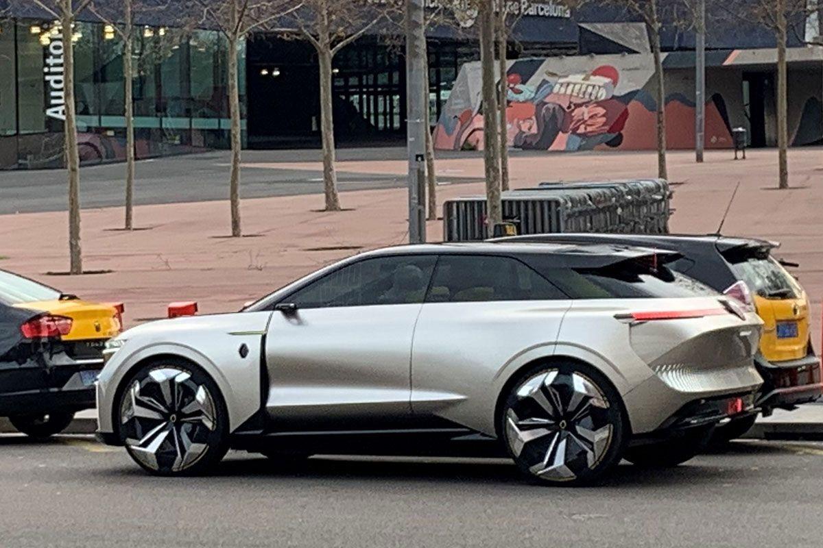 Безпардонні шпигуни злили в Мережу фотографії нового електричного кросовера Renault