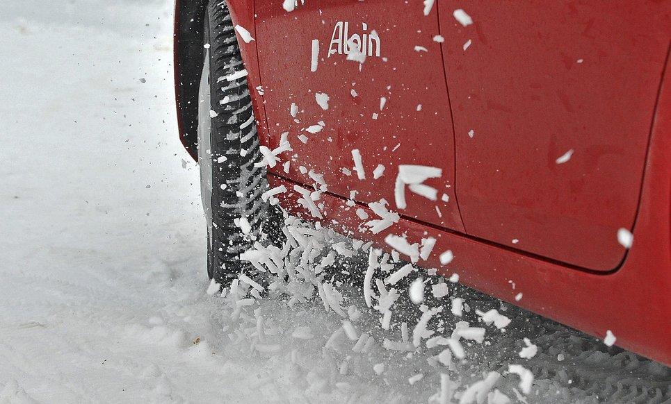 Чому не можна їздити швидко взимку: про що мовчать виробники шин