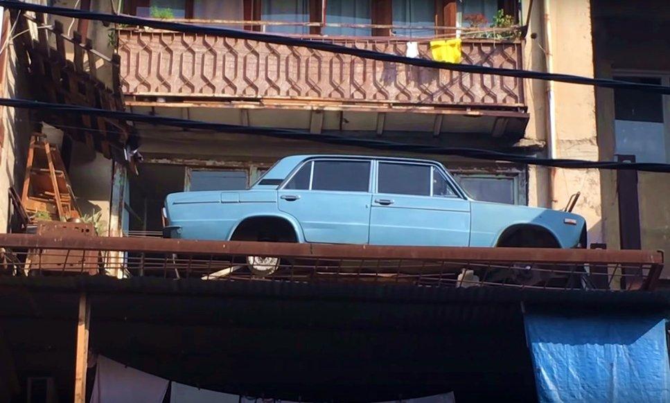 У Тбілісі з балкону зняли ВАЗ 2106, який простояв там 27 років (фото, відео)