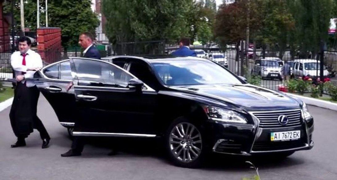В кого з кандидатів в президенти найбільше автомобілів