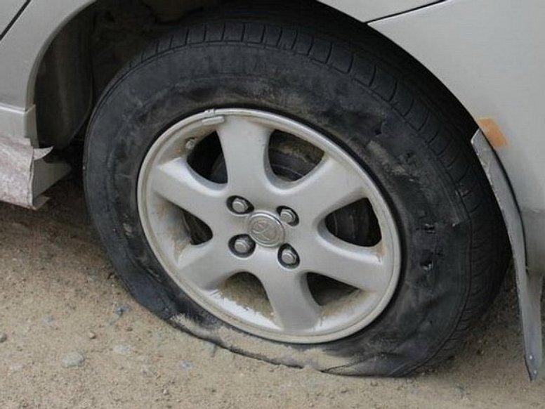 Як дізнатися на ходу, що пробив колесо