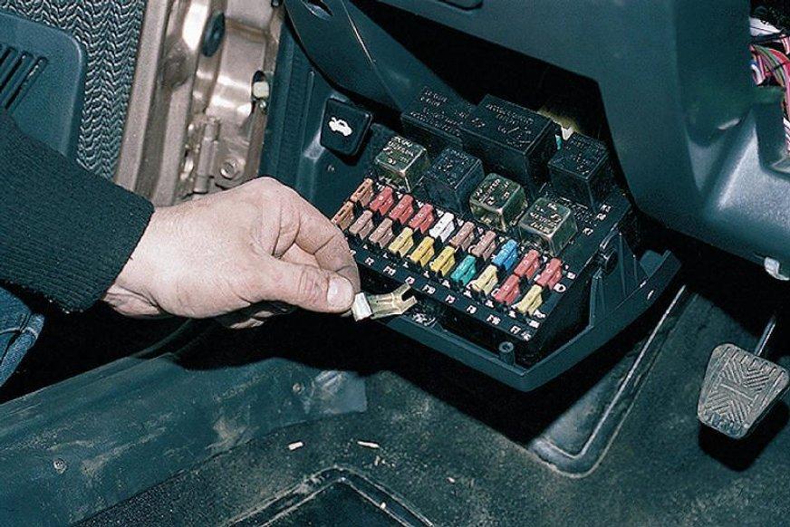 Чому важливо перевіряти фари і поворотники в автомобілі