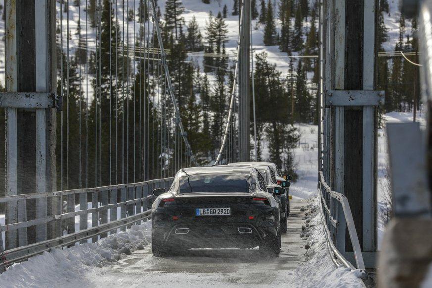 Українці вже вишикувались в чергу за електричним Porsche Taycan