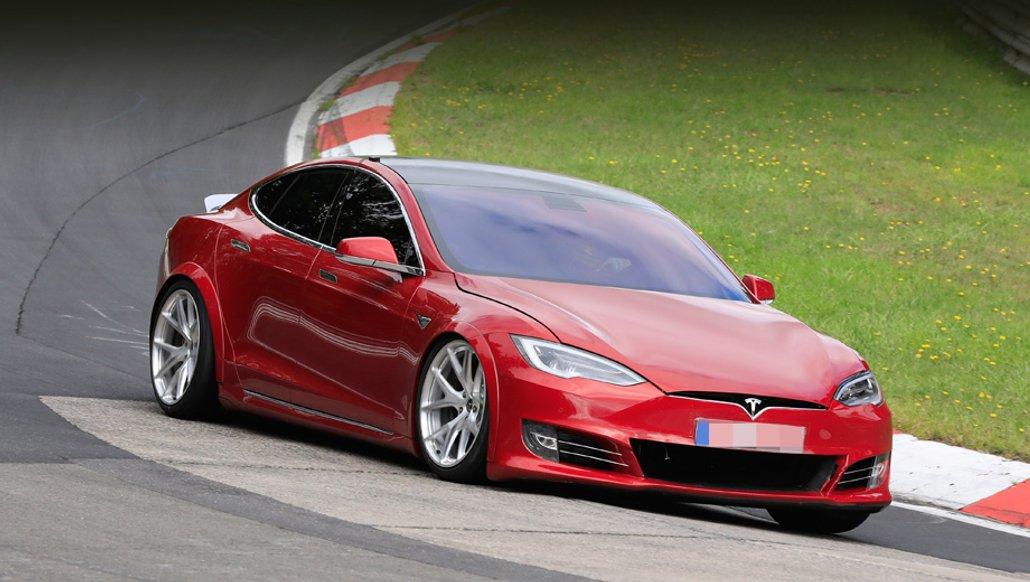 Tesla анонсує надпотужні тримоторні версії своїх авто