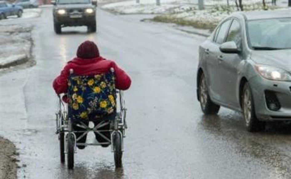 Осіб з інвалідністю на колісних візках прирівняли до пішоходів та велосипедистів