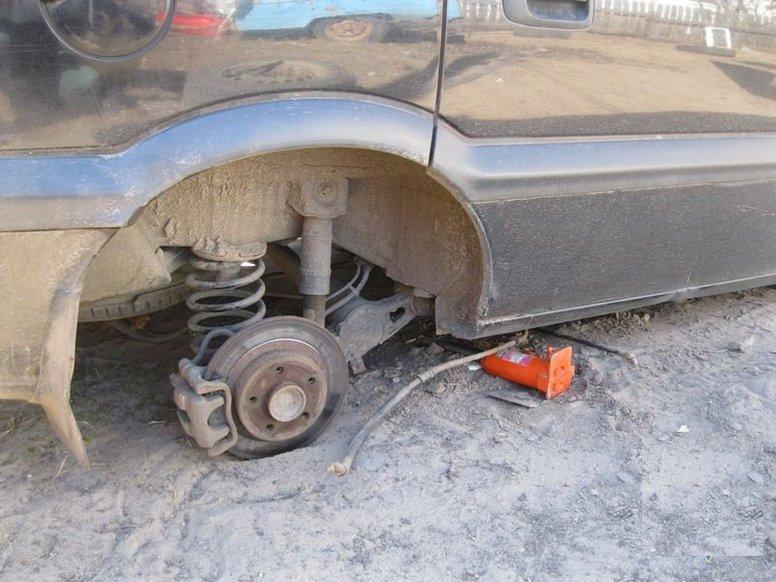 Машина впала з домкрата: що тепер робити