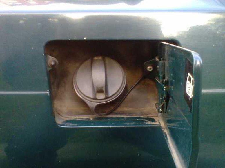 Як усунути запах бензину в салоні авто