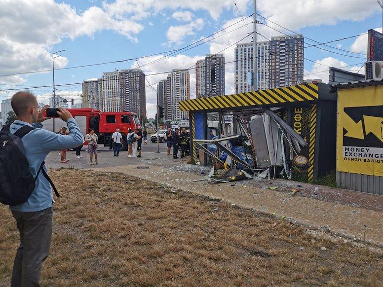 В Києві авто в'їхало в кав'ярню: фото, відео