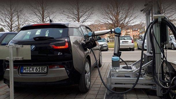 У Австрії електрокари заправляють роботи