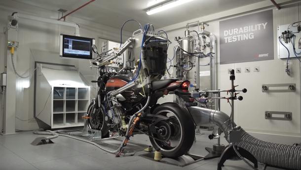 Робот-байкер тестує Kawasaki z900 RS від Akrapovic (відео)