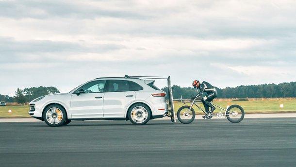 Велосипедист розігнався до 240 км/год з допомогою Porsche Cayenne