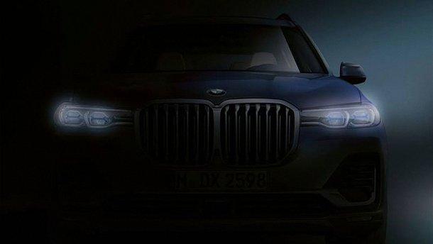 BMW X7 виходить з темряви
