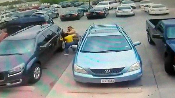 Двоє жінок побились з чоловіком через паркувальне місце (відео)