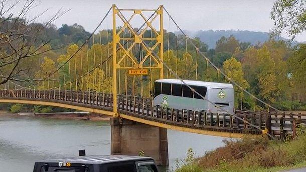 Відео: 35-тонний автобус на мосту з обмеженням у 10 тонн