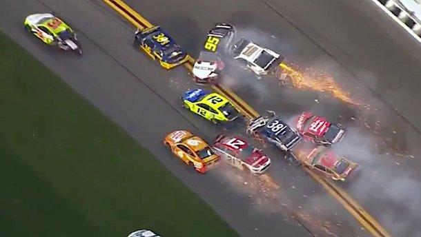 Іскри від зіткнення 21 авто: величезна аварія на перегонах NASCAR