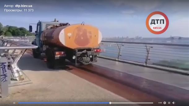 По скляному мосту в Києві їздять вантажівки (відео)