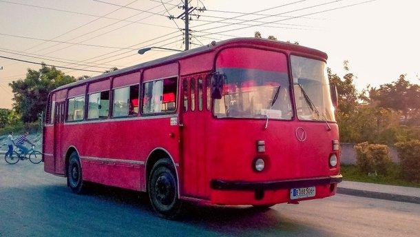 На Кубі й старенький автобус ЛАЗ, і вантажівки радянських часів виглядають так, наче вже у раю (18 фото)