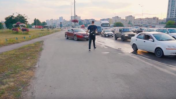 Київським водіям мало 4 смуги: їздять по тротуару