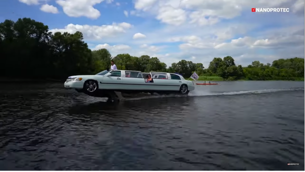 Київський лімузин на воді – на що він здатен? Відео
