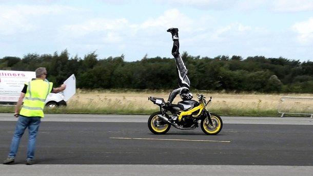 Байкер сделал стойку на голове на скорости 122 км/ч (видео)