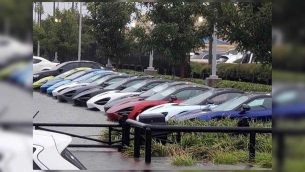 Дюжину суперкарів McLaren більш як на 3 мільйони доларів затопило під час бурі