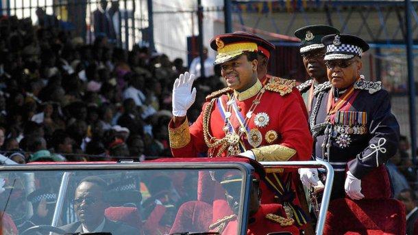 Африканский король купил 19 Rolls-Royce и 120 роскошных BMW для себя, жены и детей