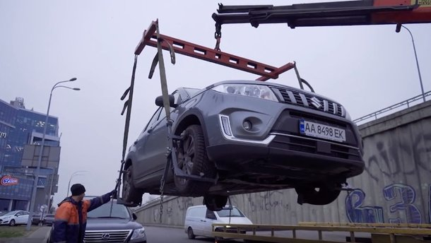 Эвакуаторы в Киеве научились забирать машины за 2-3 минуты: видео