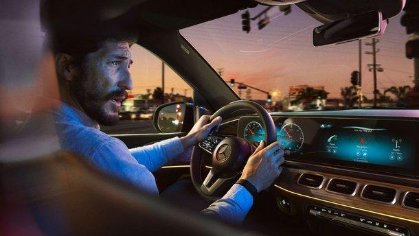 """В медиасистеме Mercedes-Benz неожиданно оказалось """"собственное мнение"""" о Tesla"""