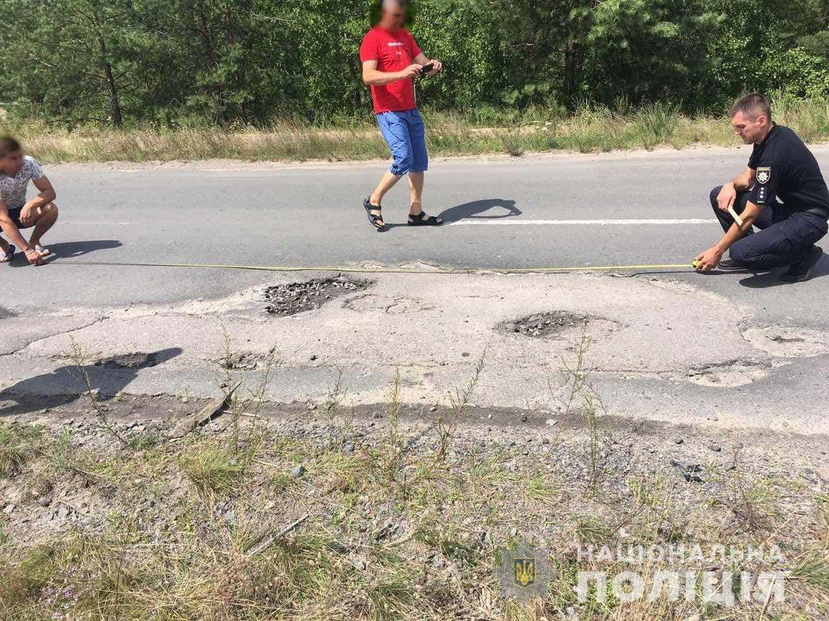 Поліцейський знищив службовий автомобіль через вибоїну на дорозі: фото