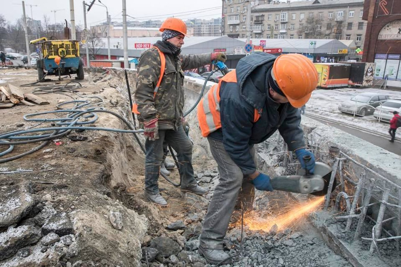Що роблять будівельники на Шулявському мосту: фото