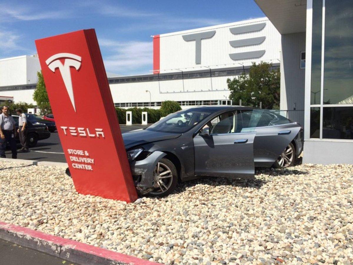 Tesla буде назавжди блокувати автомобілі розбиті в ДТП